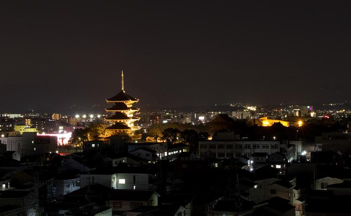 照明で夜空に浮かび上がる五重の塔